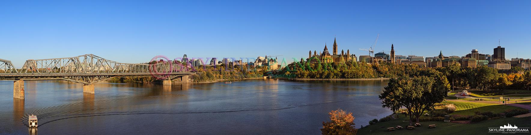 Die Hauptstadt Kanadas als Panorama im Schein der untergehenden Sonne. Der Blick geht von Gatineau aus in Richtung des Ottawa River und des Parlamentshügels.