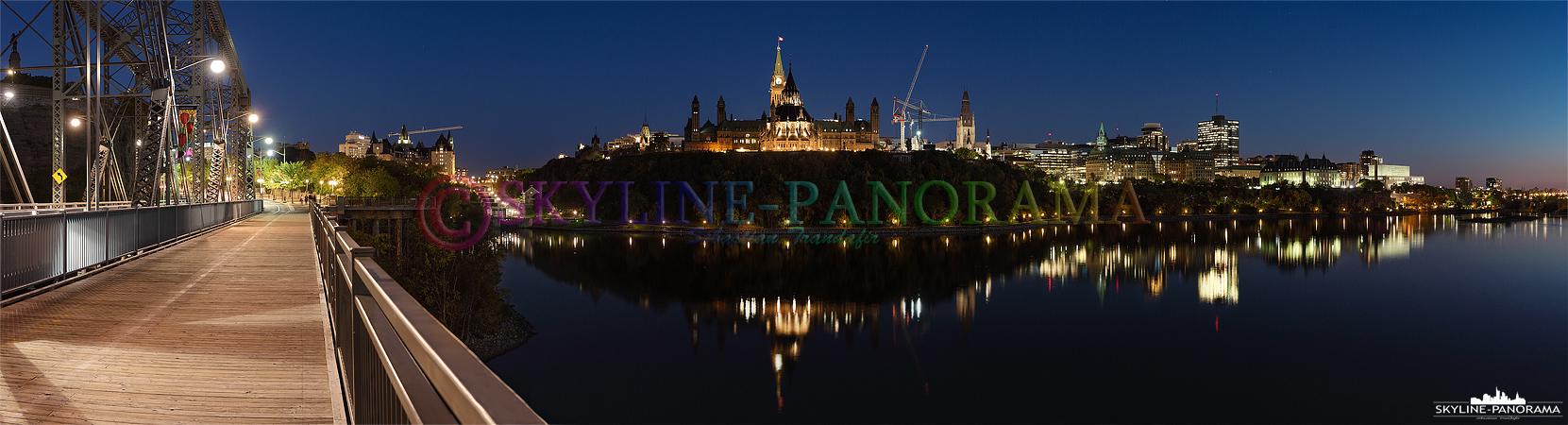 Panorama aus Kanada - Eine Aufnahme in der Blauen Stunde von der Alexandra Bridge in Richtung des Parliament Hill genannten Regierungsviertels von Ottawa.