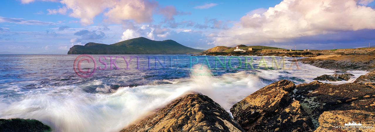 Landschaft als 6x17 Panorama - Zum Sunset am Cromwell Point mit dem Blick auf den Leuchturm von Valentia Island - Irland.