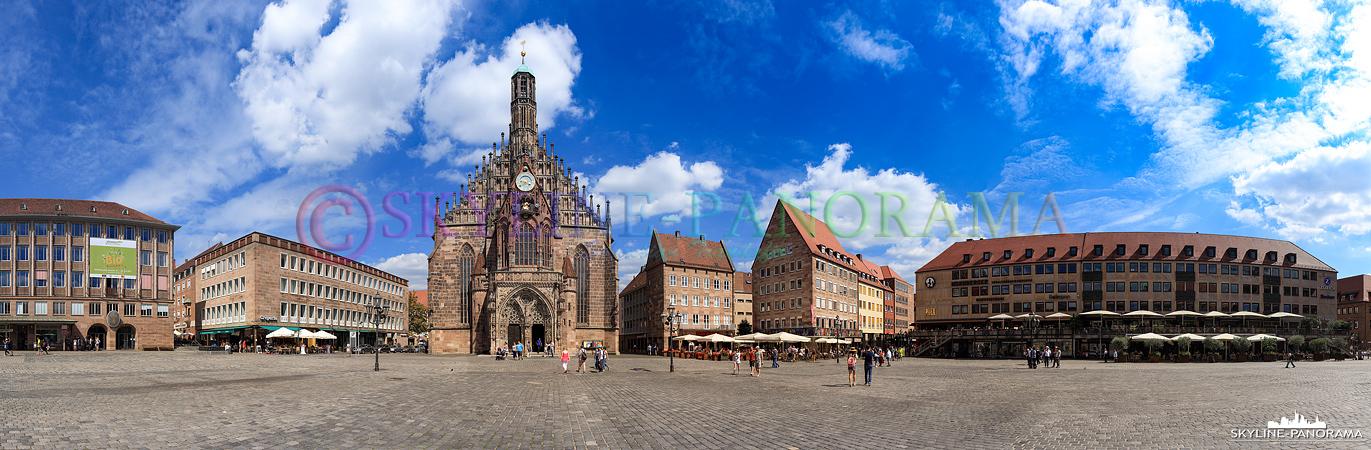 Stadtansicht Nürnberg - Ein Panorama, welches auf dem Nürnberger Hauptmarkt entstanden ist. Die Frauenkirche - im linken Bilddrittel - ist das bekannteste Bauwerk auf dem, mitten in der Altstadt von Nürnberg gelegenen, Platz.