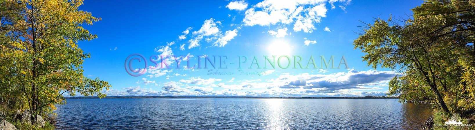 Panorama Indian Summer - Der östlich vom Algonquin Provincial Park in Kanada gelegene Golden Lake als Panorama zur Zeit des Indian Summers.