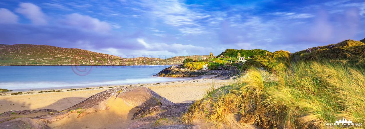 Irland 6x17 Panorama - Der Derrynane Beach in Caherdaniel im goldenen Licht der untergehenden Sonne mit Blick auf die Ruine der Derrynane Abbey.