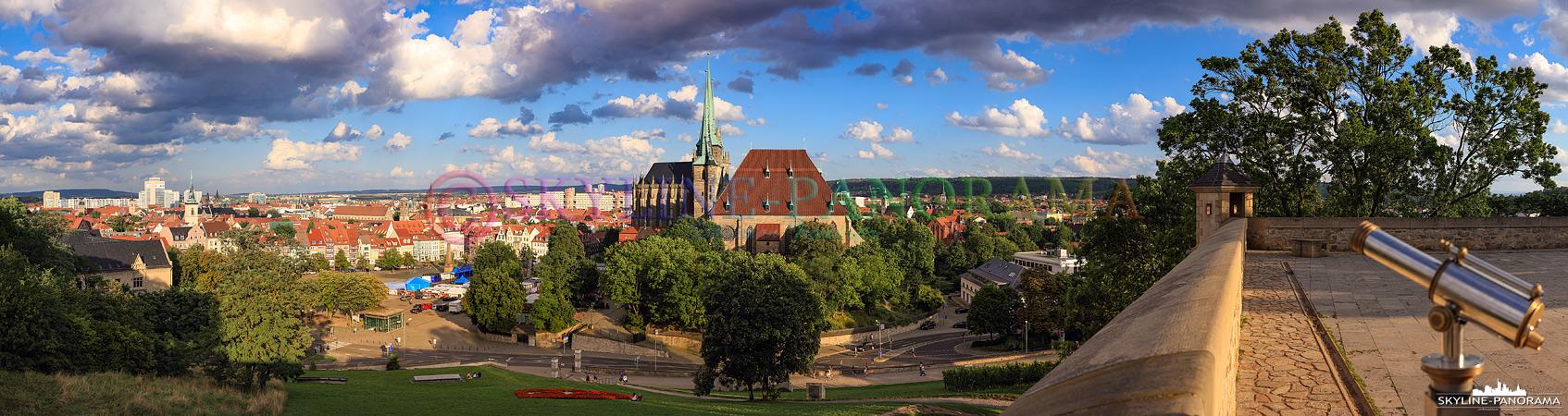 Erfurt am Tag – Dieses Panorama vom Petersberg aus zeigt den Blick in Richtung der Altstadt von Erfurt mit dem Domplatz und der Severi Kirche.