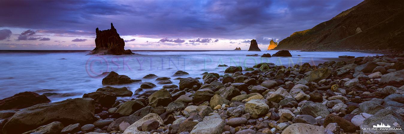 Abendstimmung am Playa de Benijo zum Sonnenuntergang. Der Strandabschnitt ist bekannt für seine beeindruckenden Felsformationen und die schroffe Küstenlinie