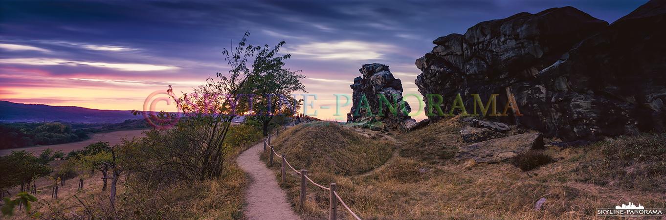 Die Königssteine bei Weddersleben sind der bekannteste Teilabschnitt der Teufelsmauer im Harzvorland, hier sind sie zu sehen als 6x17 Panorama, welches in der Dämmerung entstanden ist.