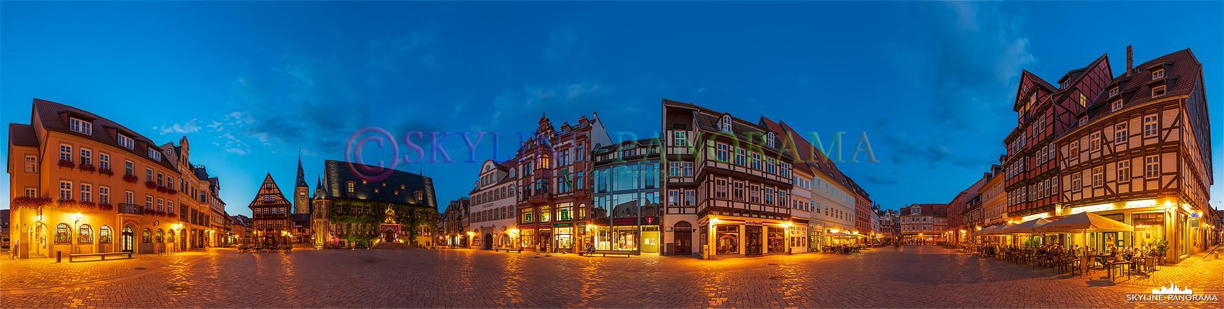 Panorama Harz - Der abendliche beleuchtete Marktplatz in der Altstadt von Qudlinburg mit historischen Fachwerkhäusern.