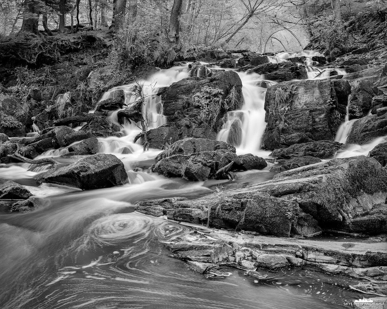 """Großformat 4x5"""" - Der Wasserfall der Selke im Harz als monochrome Langzeitbelichtung auf Ilford Delta 100 Schwarzweiß Film."""