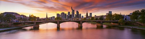 Skyline Frankfurt von den Brücken