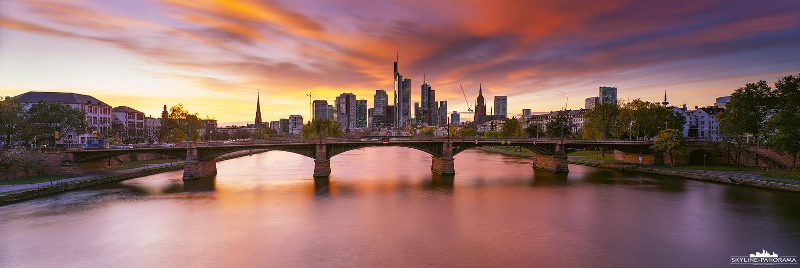 6x17 Panorama Frankfurt - Die Skyline mit dem ins Rot getauchten und hell erleuchteten Abendhimmel. Der Blick geht von der Flößerbrücke aus zur Skyline von FFM.