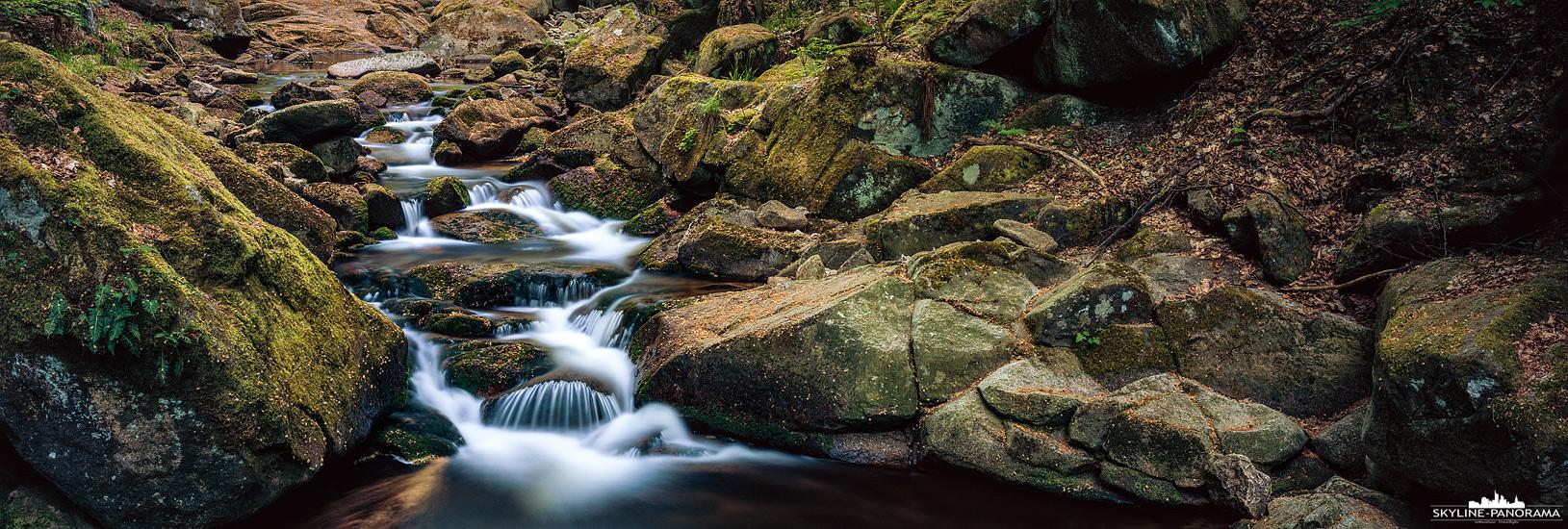 Der bei Ilsenburg als Ilsefälle bekannte Wasserlauf des Flusses Ilse im Harz. Entlang des Ilsetal verläuft der Heinrich-Heine-Wanderweg zum Gipfel des Brockens