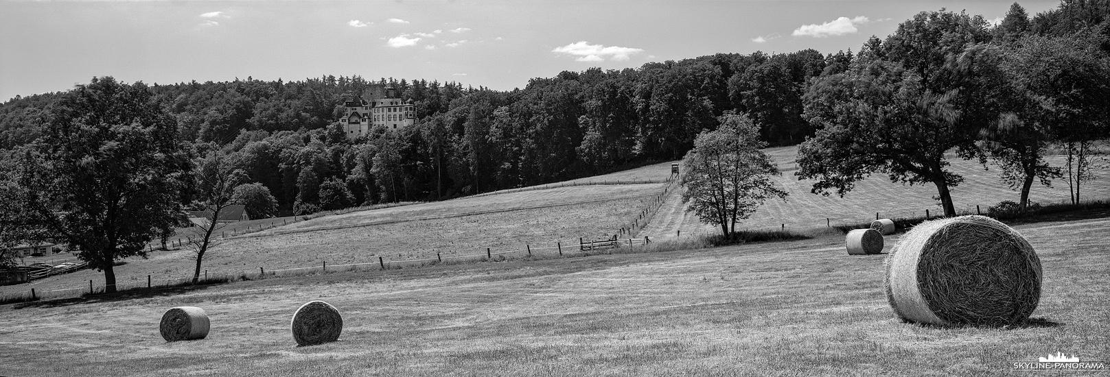 6x17 Panorama - Die Burg Hohlenfels bei Hahnstätten im Rhein-Lahn-Kreis mit einem abgeernteten Getreidefeld und ein paar aufgerollten Heuballen im Vordergund.