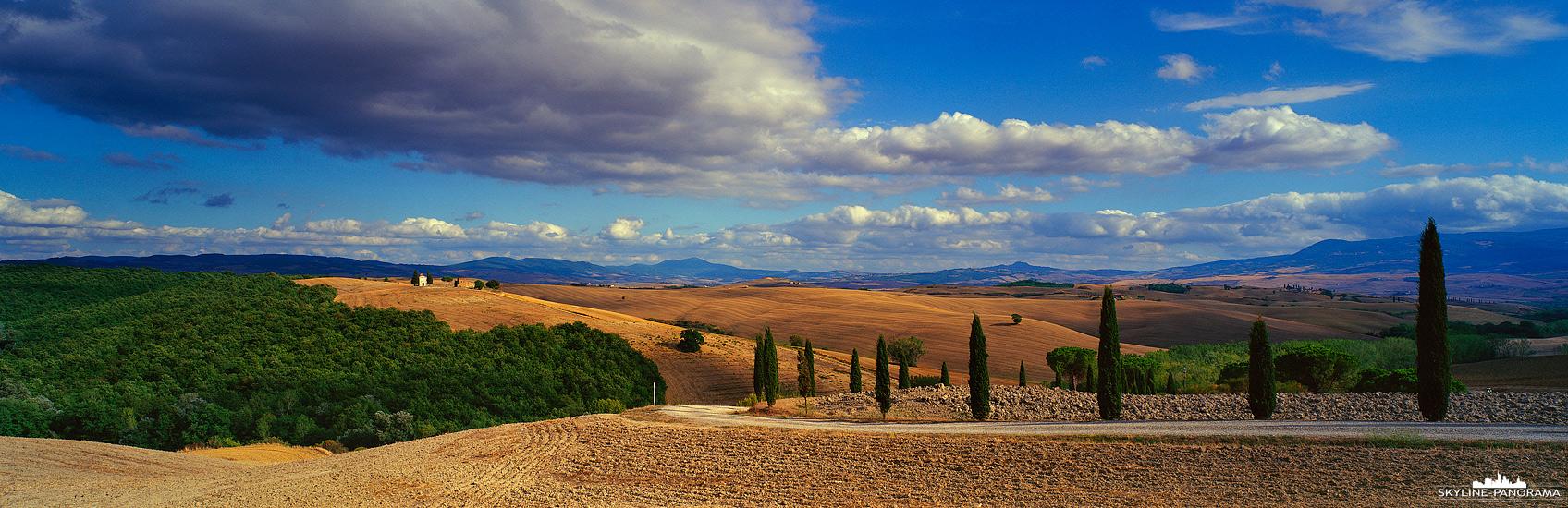 Panorama Italien – Eine Aufnahme als Panorama, welches in der Toskana entstanden ist und die typische Landschaft von Mittelitalien zeigt. Malerische Wege, die geschwungen verlaufen und meist von Zypressen gesäumt sind, sind ein beliebtes Motiv in der Toskana.