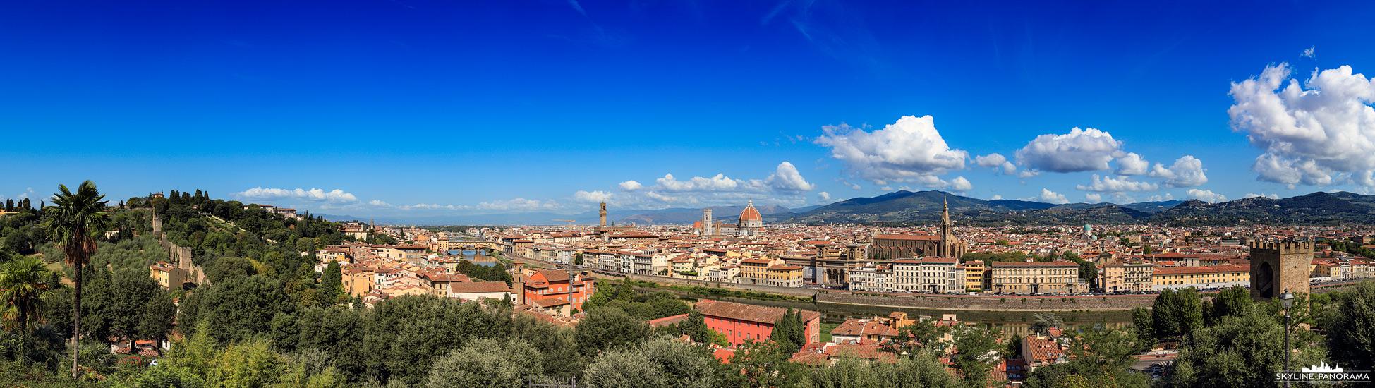 Panorama Italien – Eine Stadtansicht der Altstadt von Florenz als Skyline Panorama vom Piazzale Michelangelo gesehen. Die Aufnahme zeigt die Stadt am Tag.