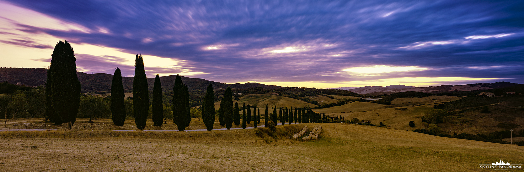 Panorama Landschaft Italien - Einblick in die herbstliche Toskana, auf einem Feld im Val d'Elsa kurz nach Sonnenuntergang