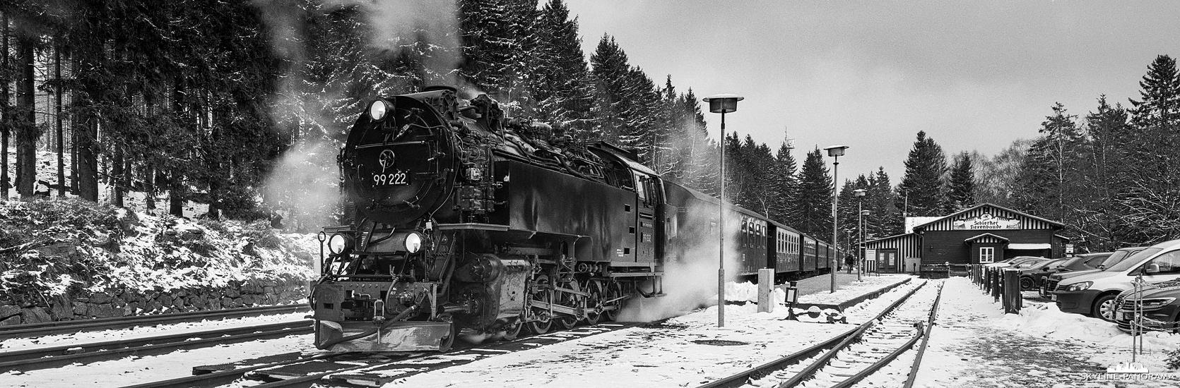 Panorama Harz - Eine winterliche Szenerie im Bahnhof Schierke mit einem, von einer Dampflok gezogenen, Zug der Brockenbahn, auf dem Weg Richtung Brockengipfel.