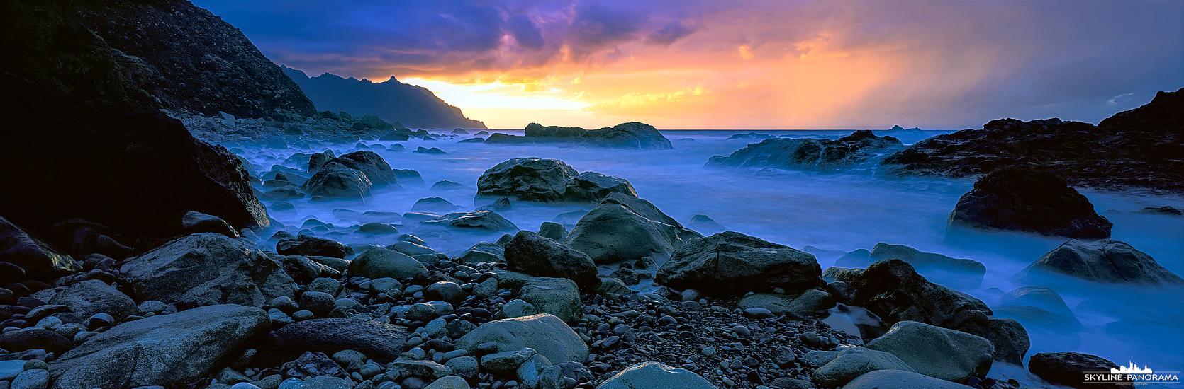 6x17 Panorama aus Teneriffa - Zum Sonnenuntergang am bekannten Felsenstrand Playa de Benijo im abgelegenen Norden der Ferieninsel Teneriffa. Durch die eindrucksvollen Felsen ist der Strand ein echtes Highlight für jeden Fotografen, zur Dämmerung und zum Sonnenaufgang bietet er eine tolle Fotolocation.