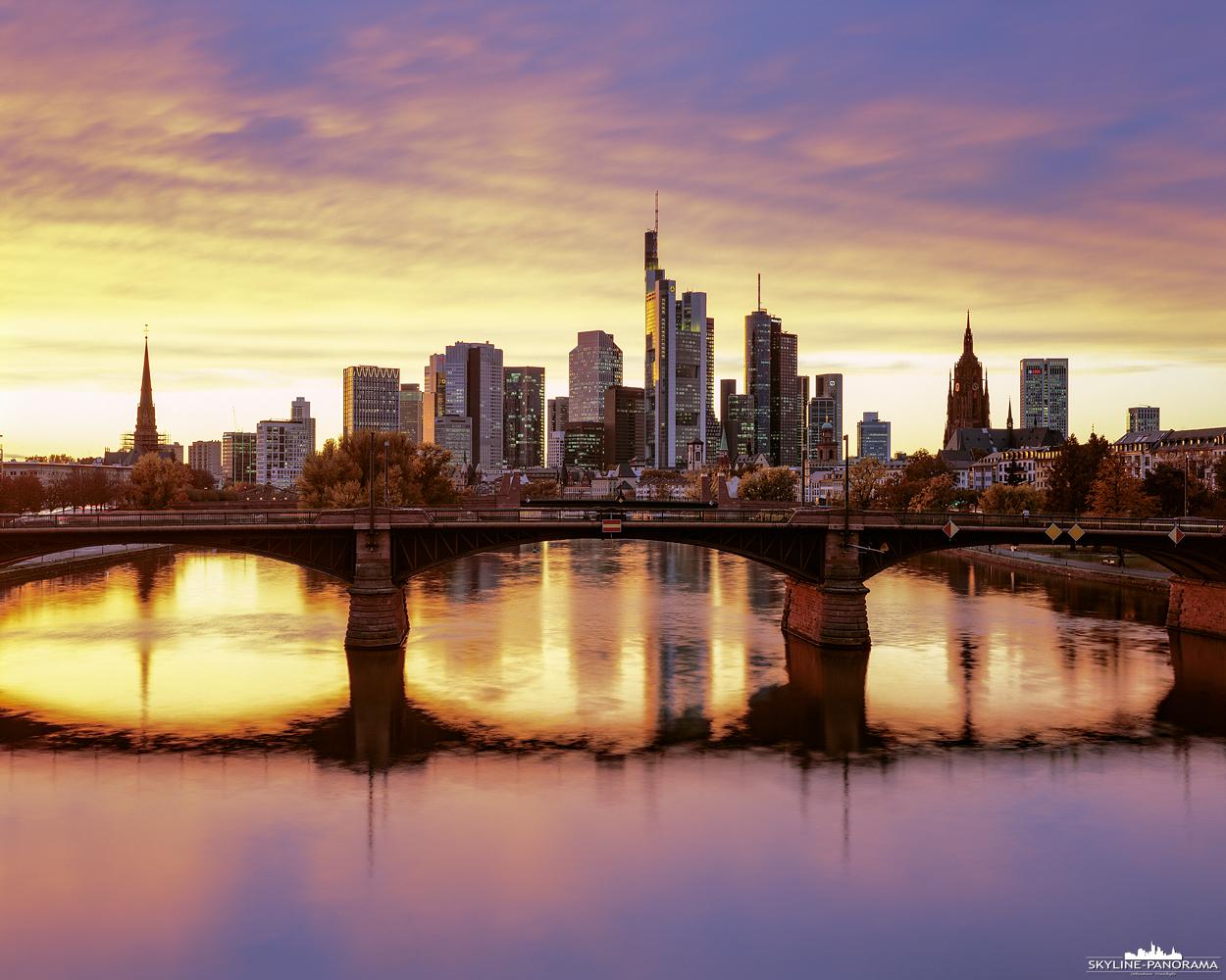 """Die goldene Skyline von Frankfurt am Main zum Sonnenuntergang als hochauflösendes 4x5"""" Großformat. Das Bild zeigt den Blick auf die Mainmetropole von der Flößerbrücke aus, dies ist einer der bekanntesten und besten Standorte für ein Foto der Frankfurter Skyline."""