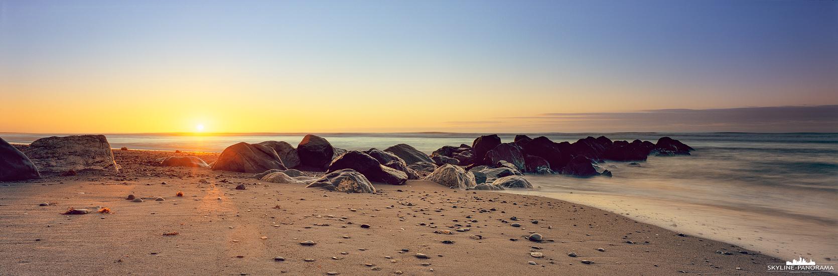 Zum Sonnenuntergang am Strand von Hokitika, einer kleinen Stadt an der Westküste von Neuseelands Südinsel. Die Sonne geht an dieser Stelle in der Tasmansee unter, die sich zwischen Neuseeland und Australien befindet.