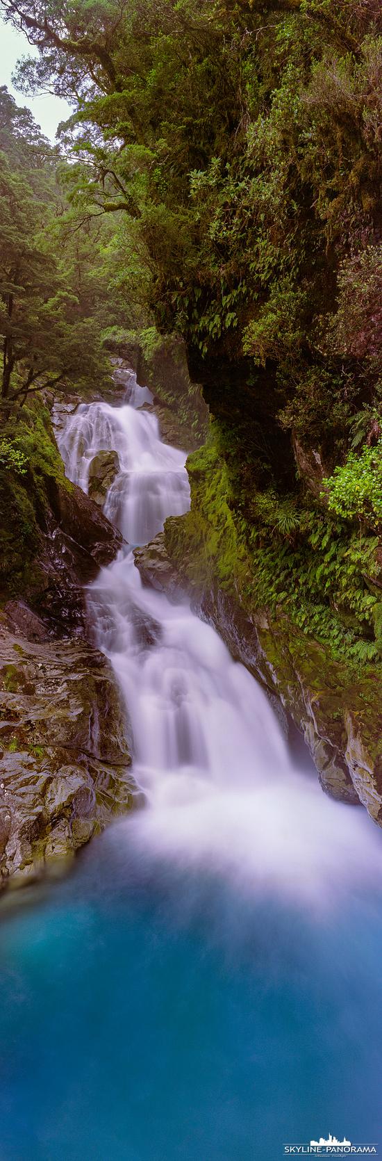 Panorama Neuseeland - Der Christie Falls Wasserfall ist leicht zu erreichen, er befindet sich auf dem Weg zum Milford Sound, von Lake Te Anau kommend, direkt am Milford Highway (SH-94) . Hierbei handelt es sich um einen Kaskadenwasserfall, der gerade nach einem Regenschauer sehr beeindruckend ist und an dieser Stelle in den Hollyford River mündet.