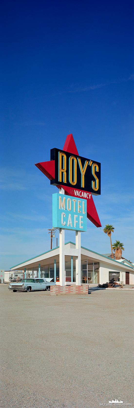 Roy´s Sign Route 66 California - Eine der bekanntesten Locations an der historischen Route 66 ist das ROY´s Motel and Cafe. Das Motel ist allerdings schon längst geschlossen, die dazugehörende Tankstelle mit einem kleinen Cafe, sowie einem Giftshop (auf diesem Bild nicht zu sehen) ist jedoch noch immer in Betrieb. Bei diesem Panorama handelt es sich um ein vertikal Panorama im Format 6x17.