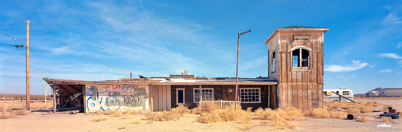 Panorama Route 66 - Fährt man vom Joshua Tree Nationalpark kommend, nach Amboy die Route 66 weiter mit Ziel Las Vegas, kommt man oft an verlassenen Gebäuden vorbei. Dieses Panorama entstand kurz hinter dem Bahnübergang im Geisterstädtchen Goffs und zeigt einen verlassenen General Store, in denen es schon einige Zeit keine Gemischtwaren mehr zu geben scheint.
