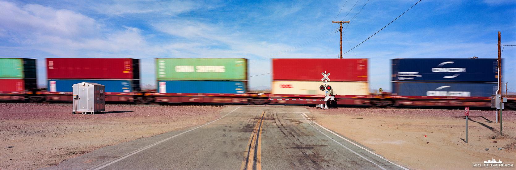 Panorama Route 66 - Von Amboy auf der Route 66 Richtung Norden fahrend gelangt man in Goffs, auf Höhe des verlassenen Gebrauchtwarenladen, an diesen Bahnübergang. Zu Stoßzeiten kommen die mehrere hundert Meter langen Güterzüge, mit übereinander gestapelten Containern, im Minutentakt von Rechts und Links.