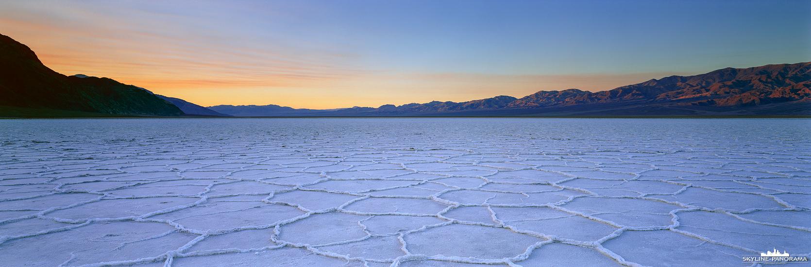 USA Panorama - Eine der bekanntesten Sehenswürdigkeiten im Death Valley Nationalpark in Kalifornien ist Badwater Basin mit den Salt Flats, einer großen Salzebene, die bekannt dafür ist, dass sie ca. 86 m unter dem Meeresspiegel liegt und damit der tiefste Punkt von Nordamerika ist. Das hier gezeigte Panorama im Format 6x17 ist zum Sonnenaufgang entstanden und zeigt den Blick aus dem Valley in Richtung Osten.