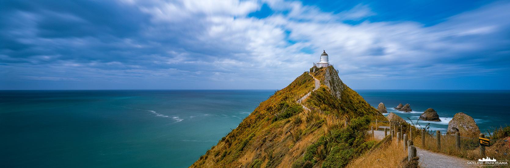 Südinsel Neuseeland - Ein lohnenswerter Abstecher, auf dem Weg von Dunedin zum Lake Te Anau, war der Leuchtturm am Nugget Point in der Region Otago auf der Südinsel von Neuseeland. Zum Leuchtturm führt, vom Parklatz aus, ein ca. 1km langer Weg, den man gut für eine kleine Wanderung nutzen kann. Dieses Panorama ist eine Langzeitbelichtung im Format 6x17. Durch die Verwendung eines ND Filters kann man die Belichtungszeit um ein Vielfaches verlängern, wodurch beispielsweise die Bewegung der ziehenden Wolken sichtbar wird. Das man dies in nur einer Aufnahme festhalten kann, ist der große Vorteil einer echten Panoramakamera.