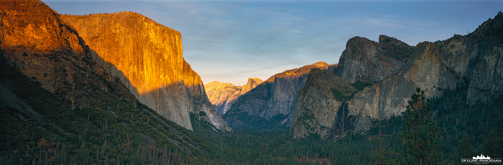 6x17 Panorama California - Der Yosemite Nationalpark ist einer der sehenswertesten Nationalparks an der Westküste der Vereinigten Staaten. Ob als Tagesausflug - beispielsweise von San Francisco aus - oder für eine längere Wandertour, er bereitet seinen Besuchern einen erinnerungsreichen und unvergessenen Aufenthalt mit zahlreichen Highlights. Hier zu sehen ist der Ausblick vom Tunnel View Point aus in das Yosemite Valley.