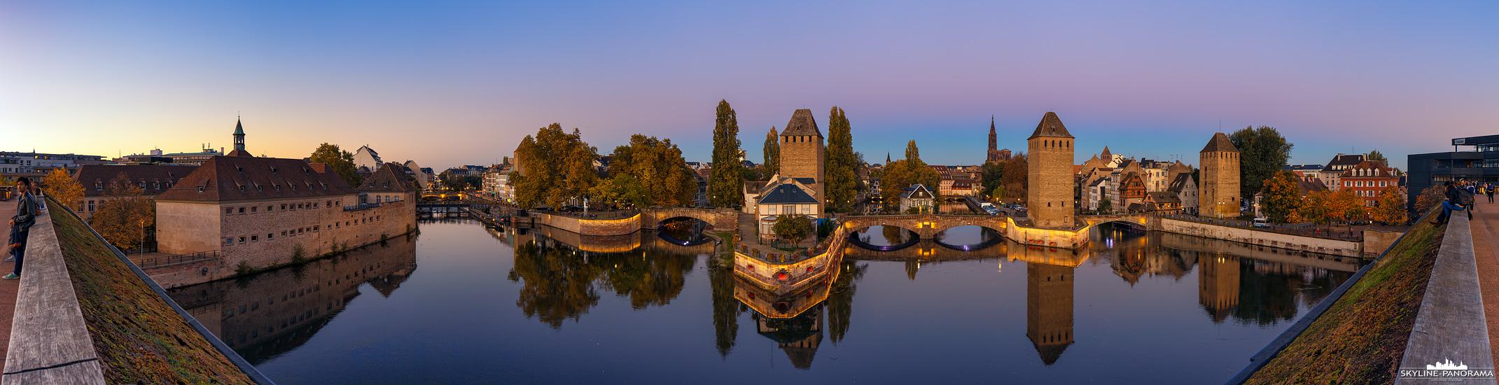 Am Ende der Altstadt von Straßburg - Petite France (Klein Frankreich) genannt - befinden sich die Gedeckten Brücken mit den drei dominanten Wehrtürmen aus dem 14. Jahrhundert, die im Mittelalter und darüber hinaus, zu der Stadtbefestigung gehörten.