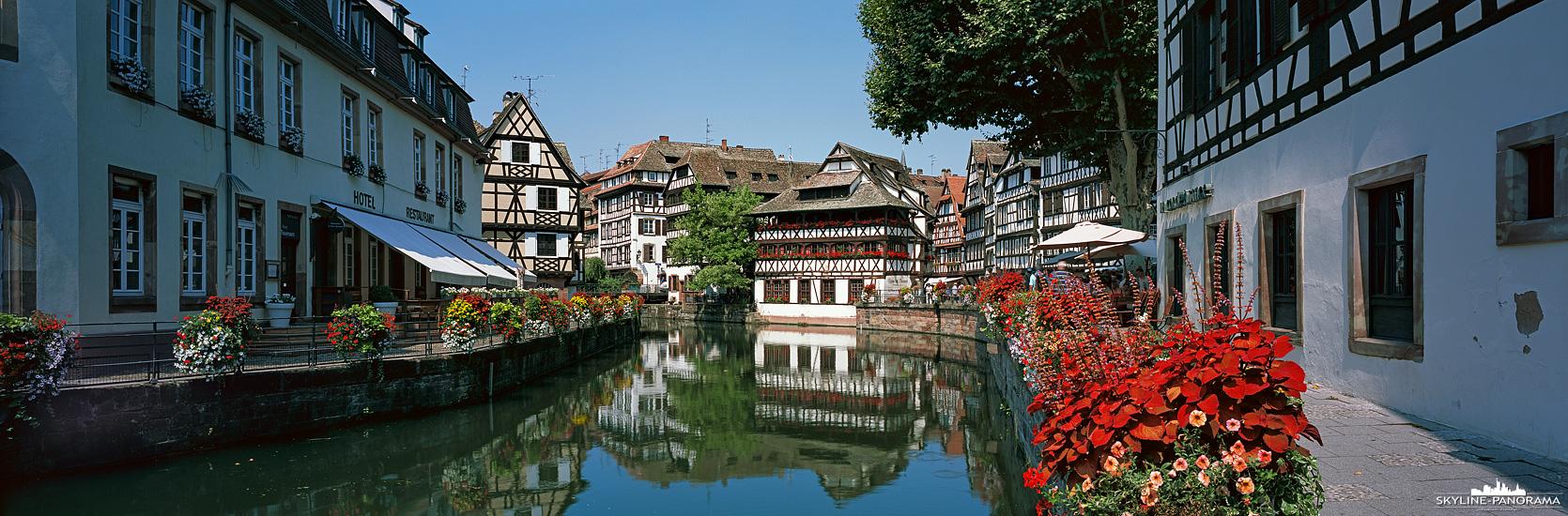 La Petite France (Klein-Frankreich) zählt zu den Sehenswürdigkeiten von Straßburg und ist ein malerisches Viertel in der Altstadt, zahlreiche Gassen mit Fachwerkhäusern entlang der Ill-Kanäle laden Touristen und Einheimische zum Flanieren ein.