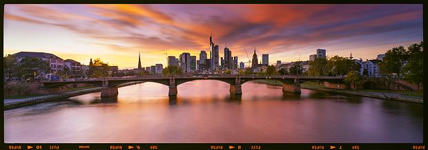 Skyline von Frankfurt als 6x17 Panorama auf Fuji Velvia 50