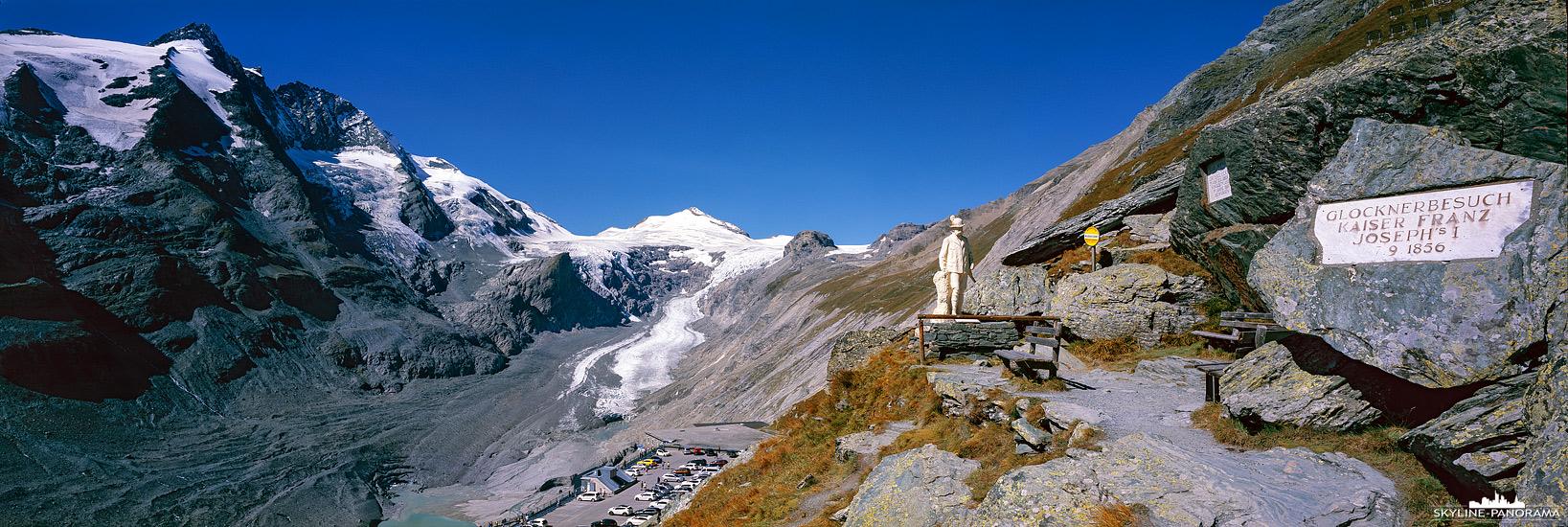 Dieses Panorama entstand am Besucherzentrum der Kaiser-Franz-Josefs-Höhe. Es zeigt den Ausblick auf Österreichs höchsten Gipfel, dem Großglockner und auf die Pasterze, welche ebenfalls der größte Gletscher des Landes ist. Am rechten Bildrand ist die Statue zur Erinnerung anlässlich des Besuches von Kaiser-Franz-Josef im September 1856 zu sehen.