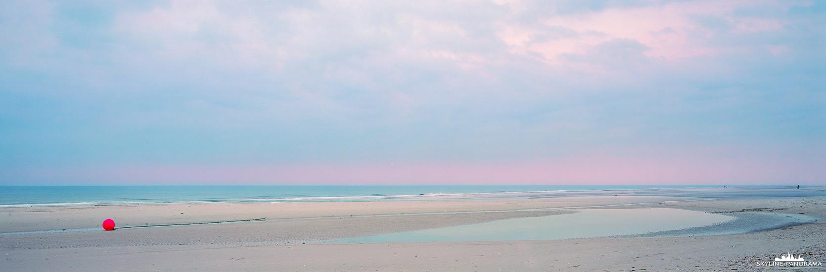 Panorama Wattenmeer Nordsee - Boje bei Ebbe am Strand von Nebel auf der Insel Amrum.