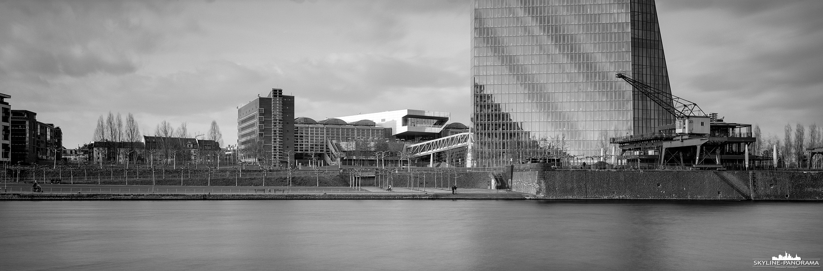 6x17 Panorama als Langzeitbelichtung - Das Frankfurter Mainufer im Osten der Stadt, mit der Weseler Werft und der EZB als Panorama.
