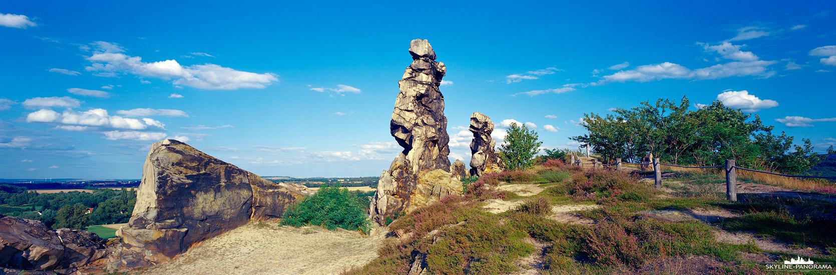 6x17 Panorama - Der Teufelsmauer-Stieg ist ein Wanderweg und führt direkt an der Teufelsmauer vorbei, auf dieser Aufnahme ist der Königstein bei Weddersleben als 6x17 Panorama zu sehen.