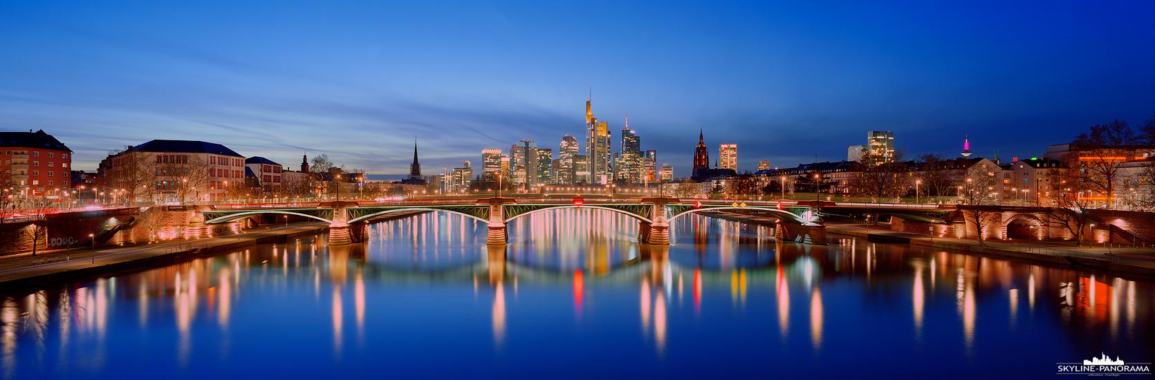 SKYLINE PANORAMA FRANKFURT - Die Skyline von Frankfurt am Main als Panorama auf Film festgehalten. Bei diesem Bild handelt es sich um eine Langzeitbelichtung, die ca. 7 Minuten andauerte und dabei die Stimmung zur Blauen Stunde und die zahlreichen Lichter der Stadt eingefangen hat.