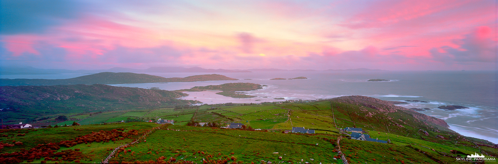 Das Panorama von einem der zahlreichen Aussichtspunkte auf die beeindruckende Küste der Iveragh-Halbinsel, im Südwesten des irischen County Kerry. Die Panoramaküstenstraße Ring of Kerry gehört zu den bekanntesten Sehenswürdigkeiten von Irland und bietet einmalige Ausblicke in eine faszinierende Landschaft. Dieses 6x17 Panorama ist zum Sonnenuntergang von einem Parkplatz aus zwischen Waterville und Caherdaniel entstanden.