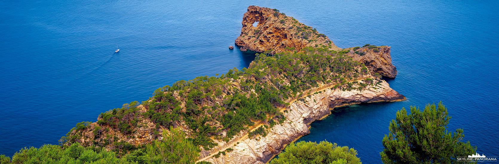 Sehenswertes auf der Insel Mallorca - Sa Foradada (die Durchlöcherte) ist eine sehenswerte Halbinsel, mit einem kleinen Lochfelsen, im Nordwesten von Mallorca. Die Location liegt an der Ma-10, auf dem Weg von Sóller nach Andrax, oberhalb des Felsens gibt es gute Parkmöglichkeiten und ein tolles Restaurant, welches zum Sonnenuntergang eine fantastische Aussicht verspricht.