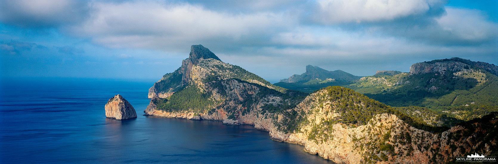 Das Cap de Formentor ist das östliche Ende der Halbinsel Formentor und zugleich der östlichste Punkt von Mallorca. Durch die wildromantische Steilküste der Halbinsel gehört das Cap de Formentor zu den sehenswertesten Landschaften der Insel. Hier zusehen ist die Landmarke von dem Mirador del Mal Pas, einem Aussichtspunkt ca. 6km hinter Port de Pollença.
