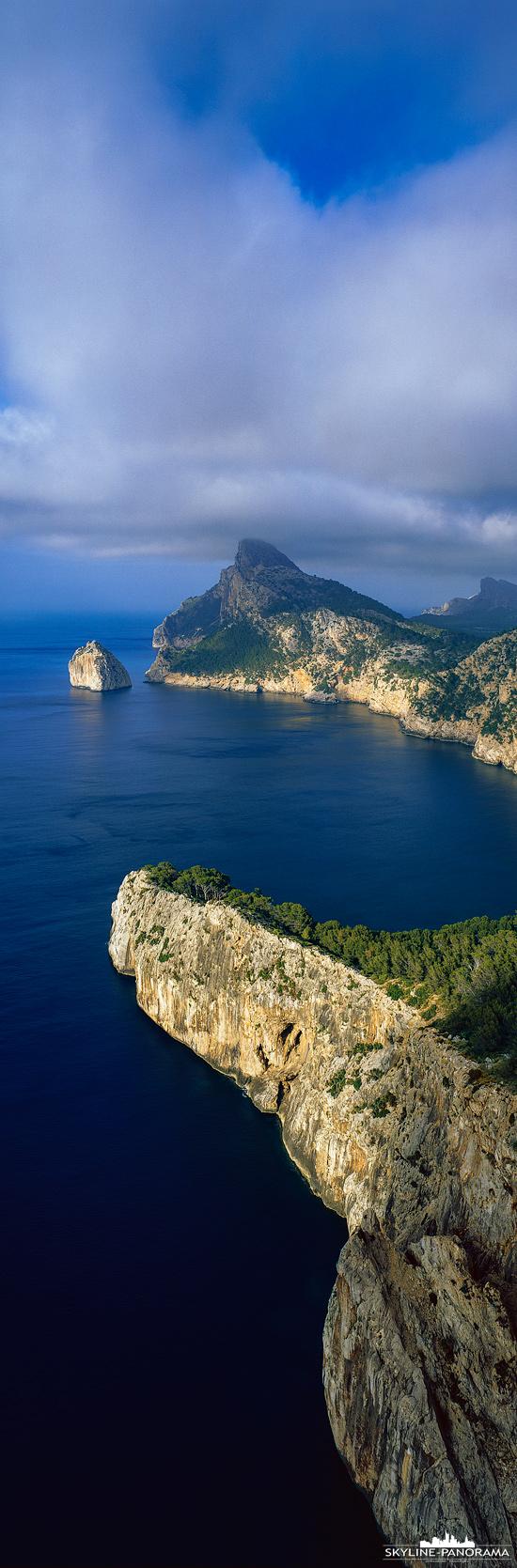 Das Cap de Formentor gehört zu den beliebtesten Ausflugszielen auf Mallorca, es ist die nordöstlichste Spitze der spanischen Mittelmeerinsel und gut mit dem Auto zu erreichen.  Hier ist die markante Felsenküste der Halbinsel Formentor als vertikales Panorama zu sehen, bereits bei der Ankunft mit dem Flugzeug ist sie oft deutlich zu erkennen.