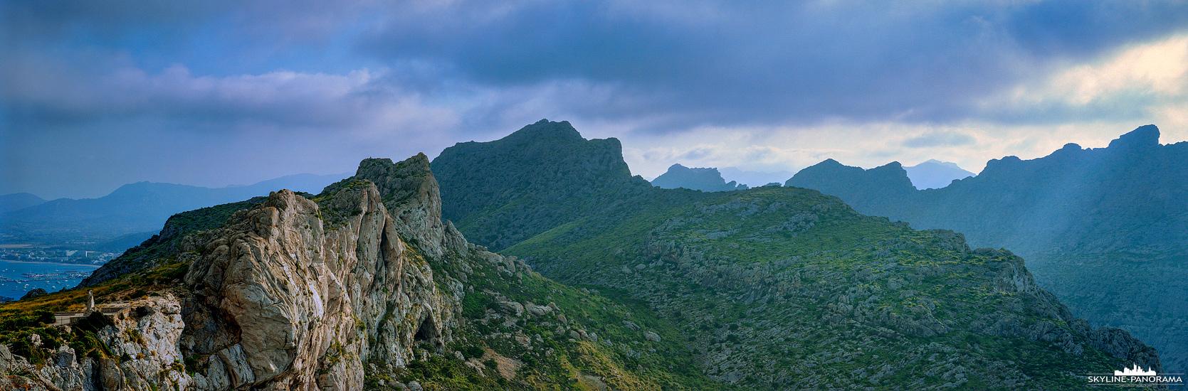 Panorama Mallorca - Das östliche Ende der Serra de Tramuntana vom Mirador del Mal Pas gesehen, einem beliebten Aussichtspunkt am Cap de Formentor.