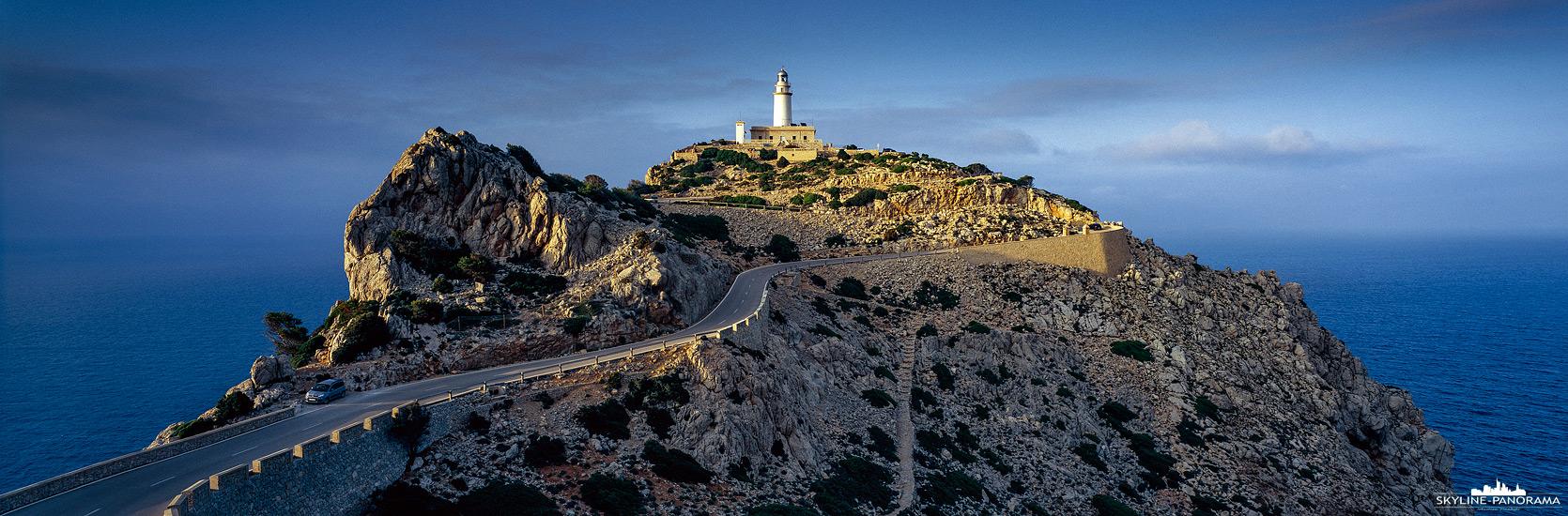 Bilder aus Mallorca - Der Leuchtturm am Cap de Formentor ist eines der bekanntesten Landmarken der Insel Mallorca, bereits beim Anflug mit dem Flugzeug kann man die Felsspitze mit dem beeindruckenden Seezeichen erkennen. Das Cap de Formentor liegt im Nordwesten der Ferieninsel, am nördlichen Ende der Serra de Tramuntana und ist durch eine gut ausgebaute Zufahrtsstraße sicher mit dem Auto erreichbar. Hier zu sehen ist der Leuchtturm als 6x17 Panorama im letzten Licht der untergehenden Sonne.